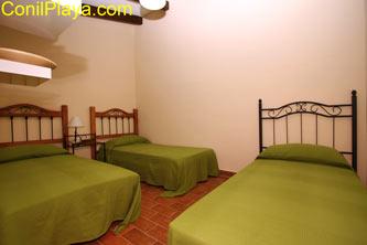 Dormitorio con 3 camas.