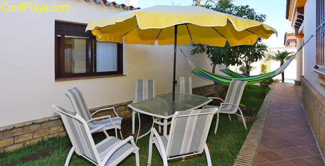 mesa y sillas en el jardín.