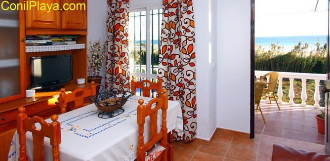 salón y terraza con vistas al mar