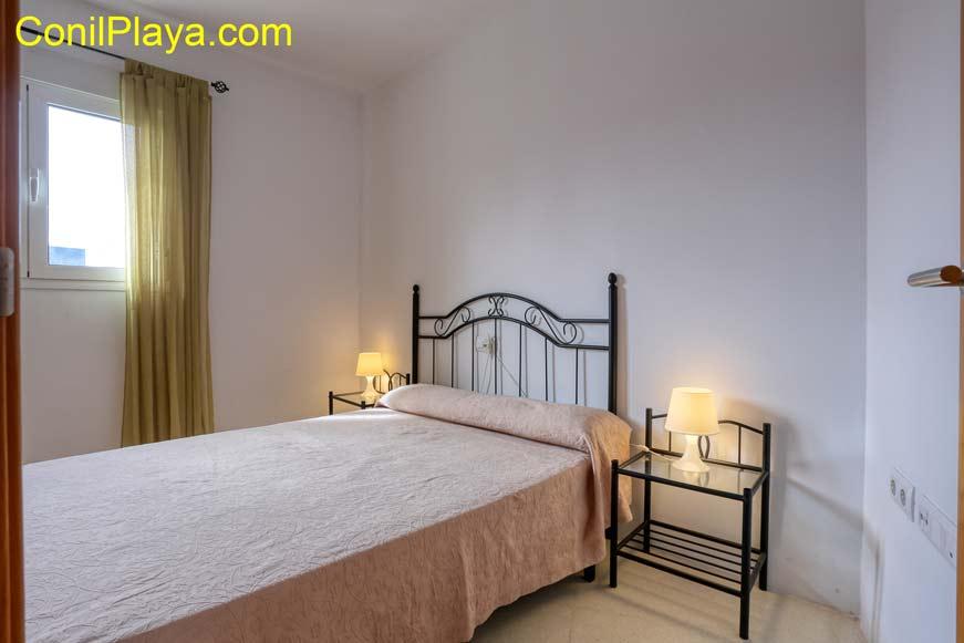 Dormitorio con cama de matrimonio y terraza con vistas al mar