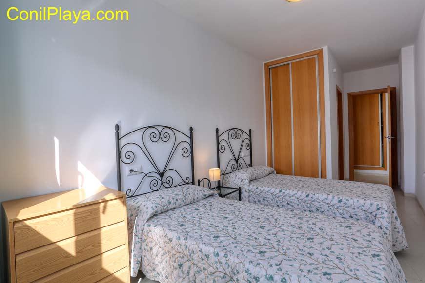Armario del dormitorio con 2 camas