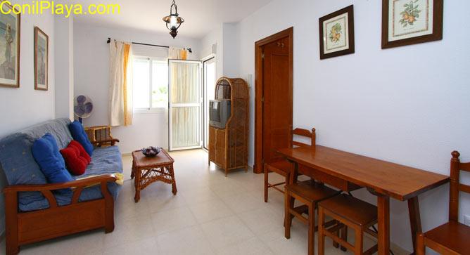 mesa y sofa del apartamento