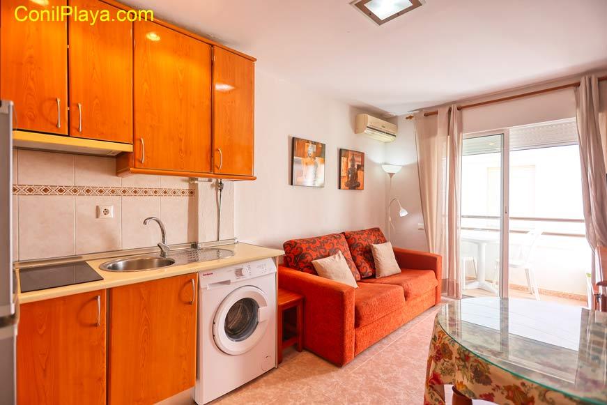 Salón del apartamento con sofá, aire, mueble con televisión.