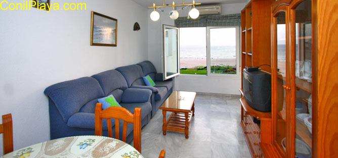 salon con ventana con excelentes vistas