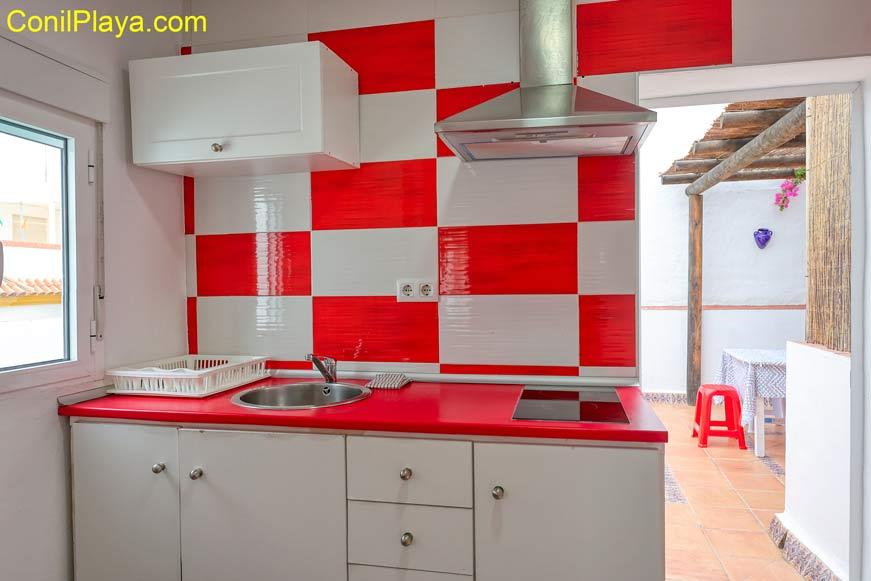 Cocina del apartamento. Tiene microondas y está completamente equipada.
