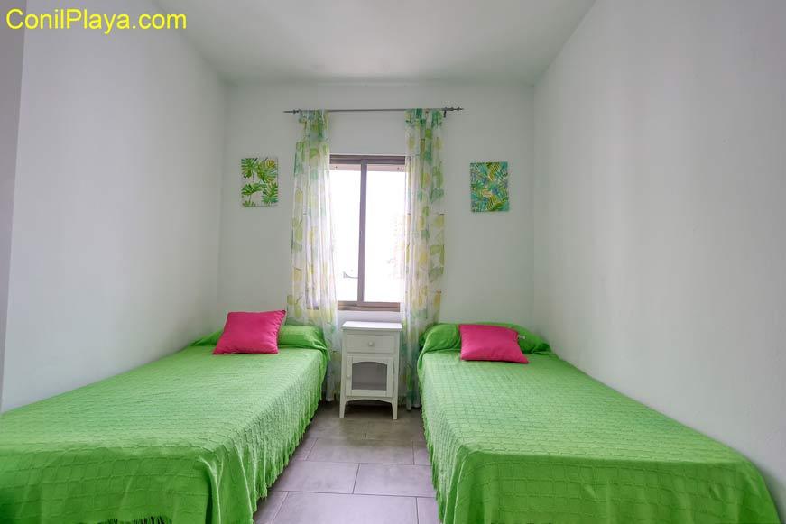 Dormitorio con cama de matrimonio y armario.