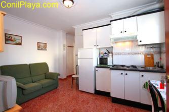 Vista de la cocina y del sofá del salón.