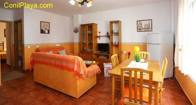 apartamento con mesa comedor, salón y cocina