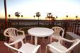 2 dormitorios,5 personas. Estupendo apartamento situado en primera linea de playa con vistas al mar, en el paseo maritimo de Conil. Amplia terraza, aire acondicionado.