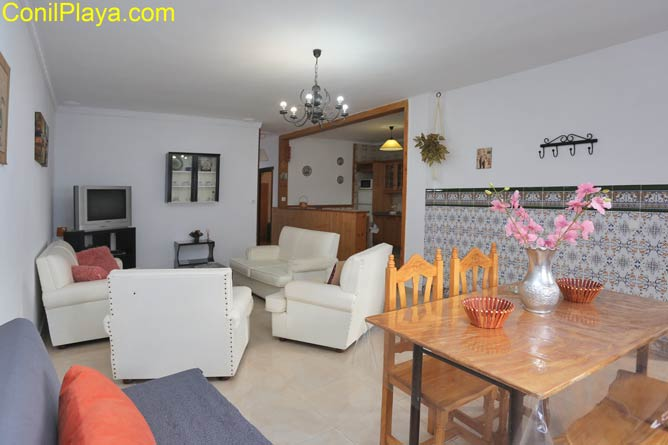mesa del comedor y salón al fondo junto a la cocina