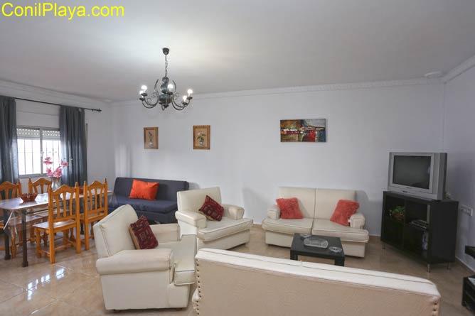 Salón con sofá y mesa comedor al fondo