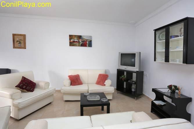 salón con sofa y televisión