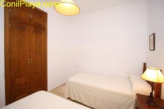 La segunda cama está bajo la que aparece en la foto. Tiene armario empotrado.