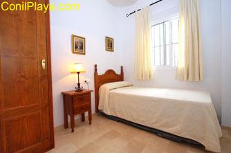 Dormitorio con 2 camas individuales, la otra está debajo.