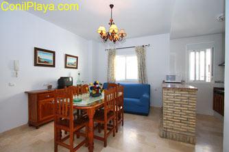 El salón tiene sofá y comedor.