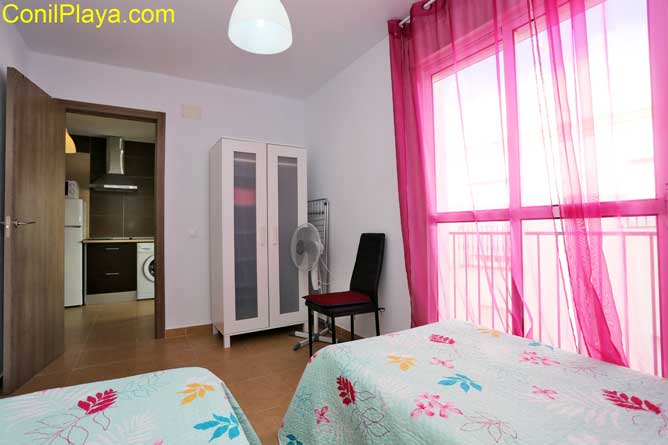 dormitorio con 2 camas individuales con terraza