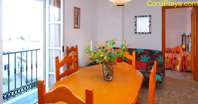 Mesa comedor del apartamento.
