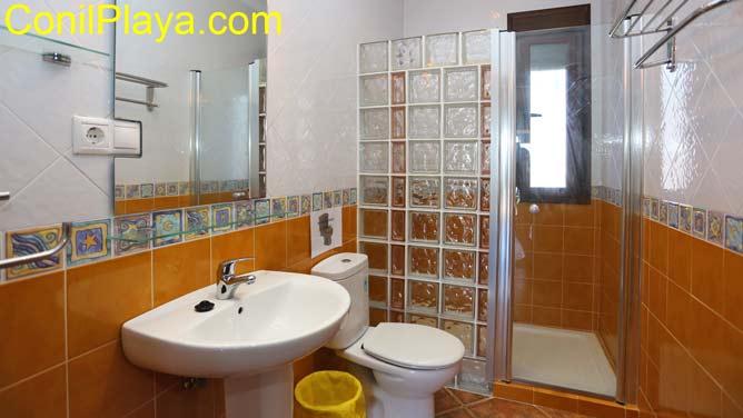 Cuarto de baño con placa ducha