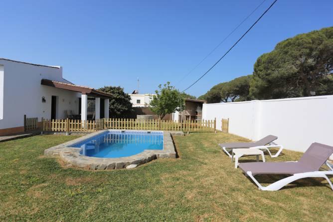 chalet con piscina privada, porche y barbacoa