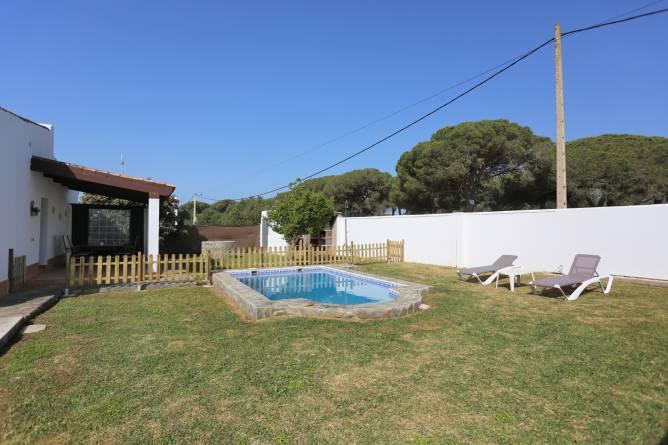 jardín y piscina privada