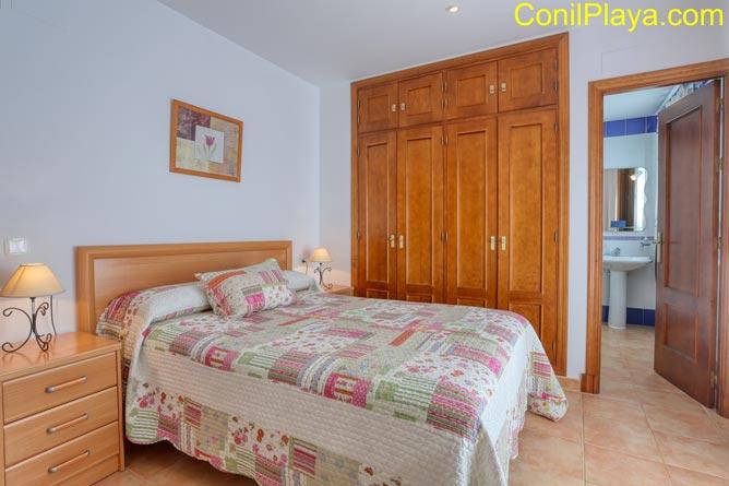 El dormitorio principal dispone de cuarto de baño y armario empotrado.