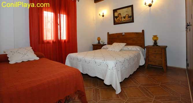 dormitorio con cama adicional
