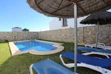 3 dormitorios,19 personas. Estupenda casa rural con piscina privada a pocos minutos de Conil, situada en zona muy tranquila, sin ruidos. Dispone de porche y barbacoa. Posibilidad de alquilar la casa contigua y hasta 19 personas.