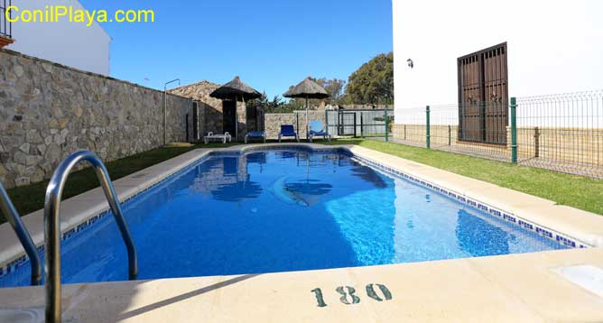 piscina junto a la casa