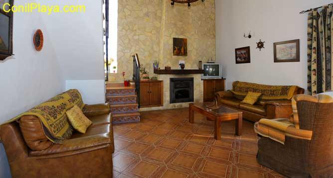 El salón tiene 2 sofás de 2 plazas