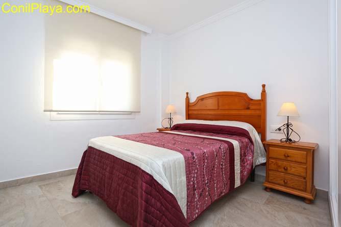 Dormitorio principal con cama de matrimonio y una cama adicional.