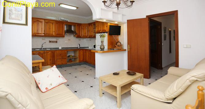 Salón de la casa y la cocina