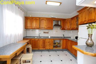 La cocina es muy amplia y está muy bien equipada.