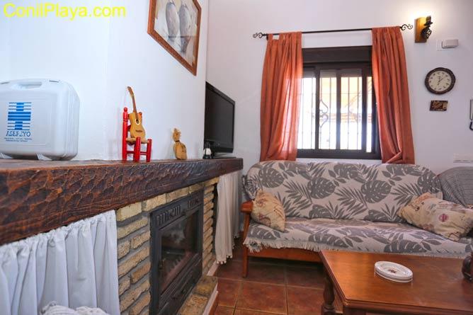 Salon con sofá y mesa camilla