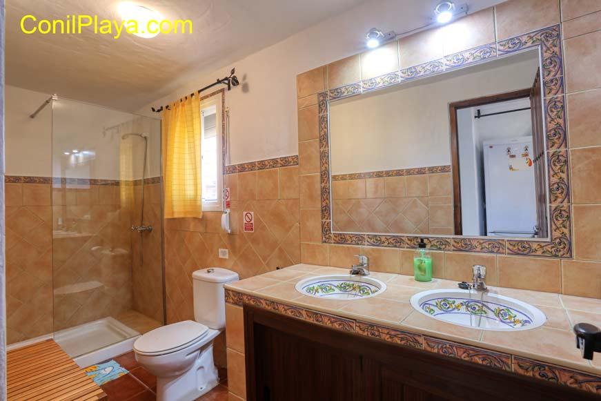 La casa cuenta con un cuarto de baño de doble lavabo y placa de ducha.