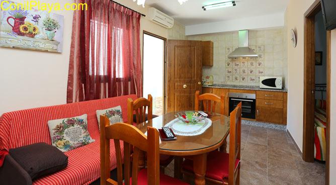 Salón y mesa comedor con sillas.