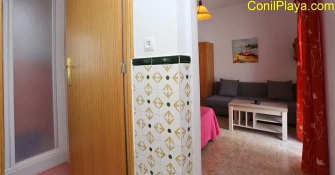 entrada a la casa, al fondo el dormitorio