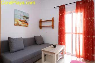 El salon comedor de la casa es muy fresco, tiene un balcon a la calle Salmonete 2 (extramuros).