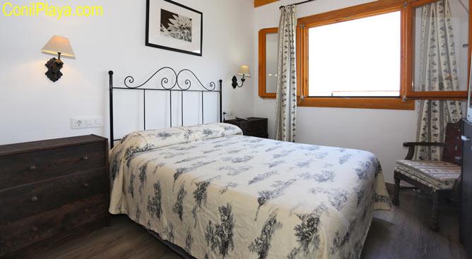 dormitorio principal con cama matrimonio