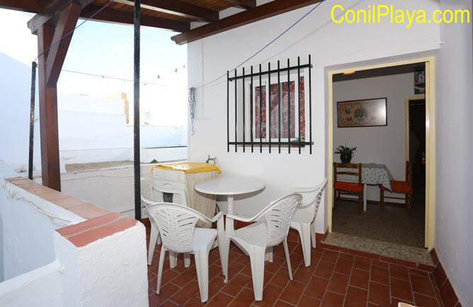 Terraza con mesa y silla