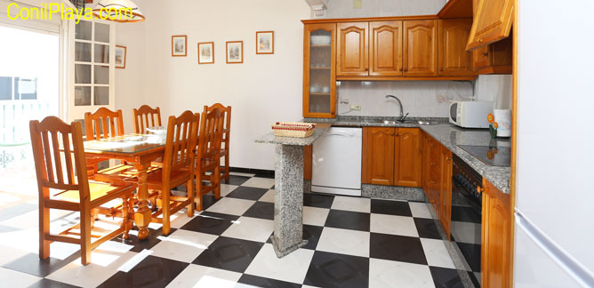 La cocina - comedor es muy amplia y tiene terraza.