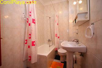 Segundo cuarto de baño con bañera