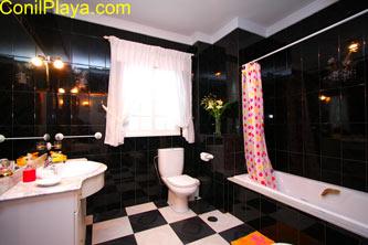 Cuarto de baño es amplio y con bañera.