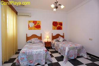 El dormitorio tiene aire acondicionado