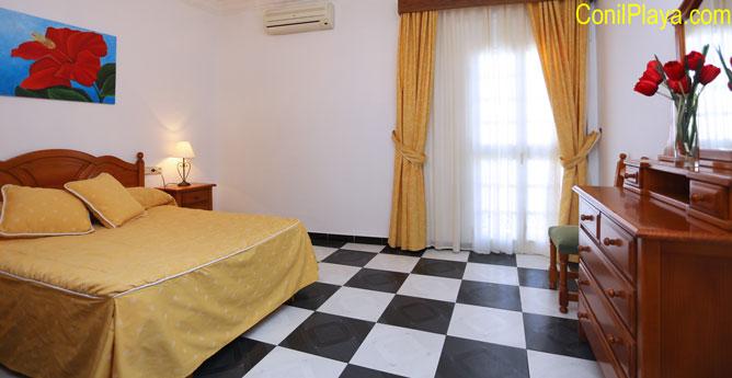 Dormitorio principal con aire acondicionado.