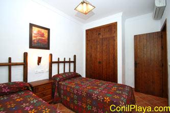 Armario empotrado y el aire acondicionado en el dormitorio.