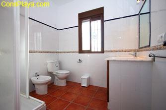 El cuarto de baño dispone de ducha.