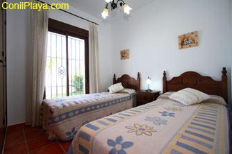Dormitorio con dos camas.
