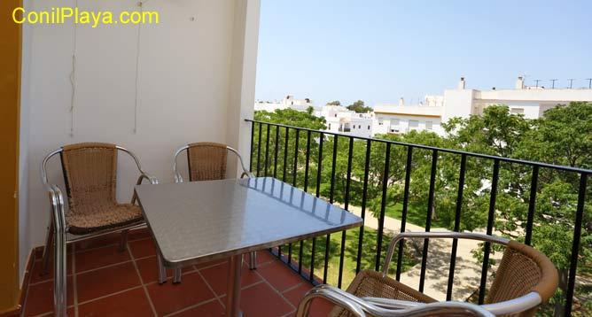 apartamento con terraza con mesa y 4 sillas