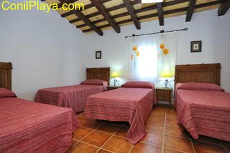 Dormitorio con 4 camas individuales