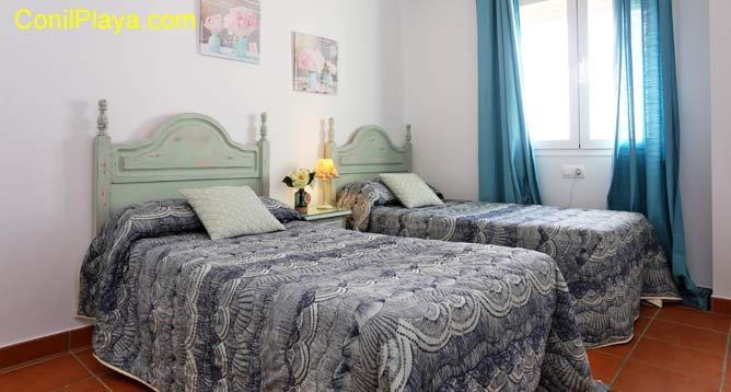 Dormitorio con 2 camas individuales y una adicional